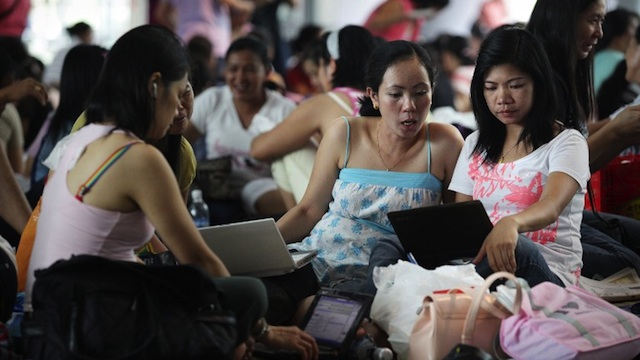WE HAVE RIGHTS. Filipina women use their laptop computers at a popular gathering place for Filipino workers in Hong Kong's central district on August 2, 2009. AFP PHOTO / ED JONES
