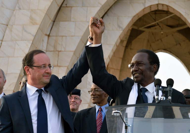 'VIVE LA FRANCE' French President Francois Hollande (L) and Malian President Dioncounda Traore (R) wave to the crowd after their speech on February 2, 2013 in Bamako, Mali. AFP PHOTO / ERIC FEFERBERG