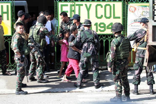 HOSTAGES. Soldiers assist rescued hostages to a waiting vehicle taking them to Camp Batalla for processing. Photo by Rappler