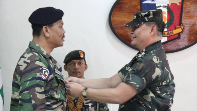 BRONZE MEDALS. The Philippine Army gives bronze medals to Malaysian troops part of the outgoing International Monitoring Team batch 7 in recognition of their efforts to monitor peace between the Philippine government and the MILF. All photos by Ferdinandh Cabrera