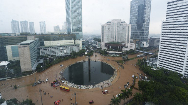 JAKARTA, INDONESIA. This general view shows the Hotel Indonesia (HI) roundabout inundated by floodwaters in Jakarta on January 17, 2013. Heavy rains have displaced almost 10,000 people in the Indonesian capital, a government official said Wednesday, with two people killed so far in the seasonal chaos. AFP PHOTO / ADEK BERRY