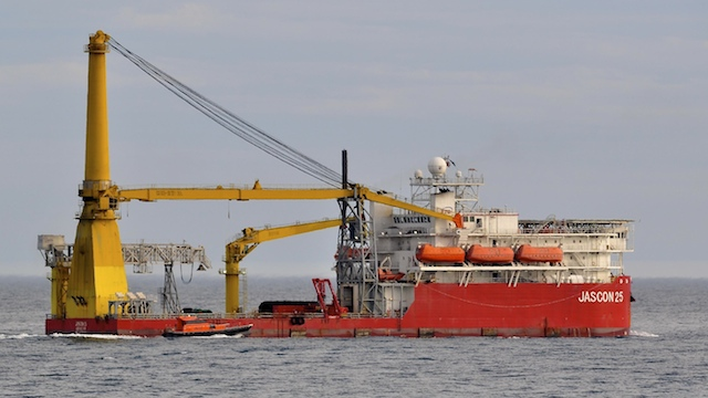 SECOND FLOATING CRANE. The Jascon 25 crane vessel is scheduled to arrive on February 15 to start cutting up the USS Guardian into pieces. Photo by Graham Flett / MarineTraffic