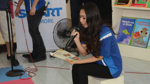 Jessica reads a story to the students of the Epifanio Delos Santos Elementary School in Malate