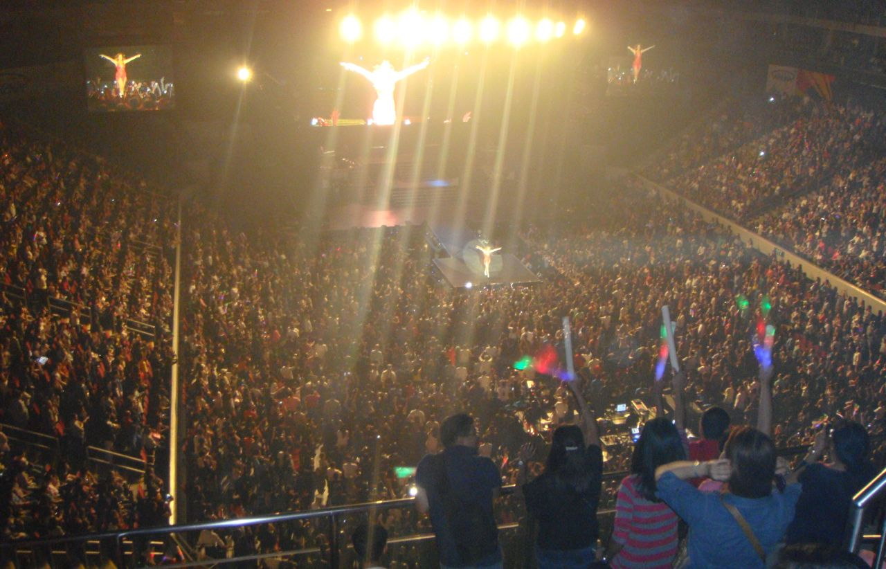 CROWDED HOUSE. J.Lo packed the MOA Arena with spectators across generations. Photo by Myles Sulat