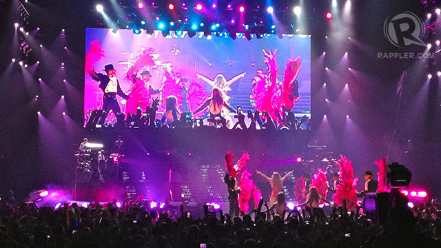 See the audience's mobile phones? JLo was doing a pretty long shimmy in this shot