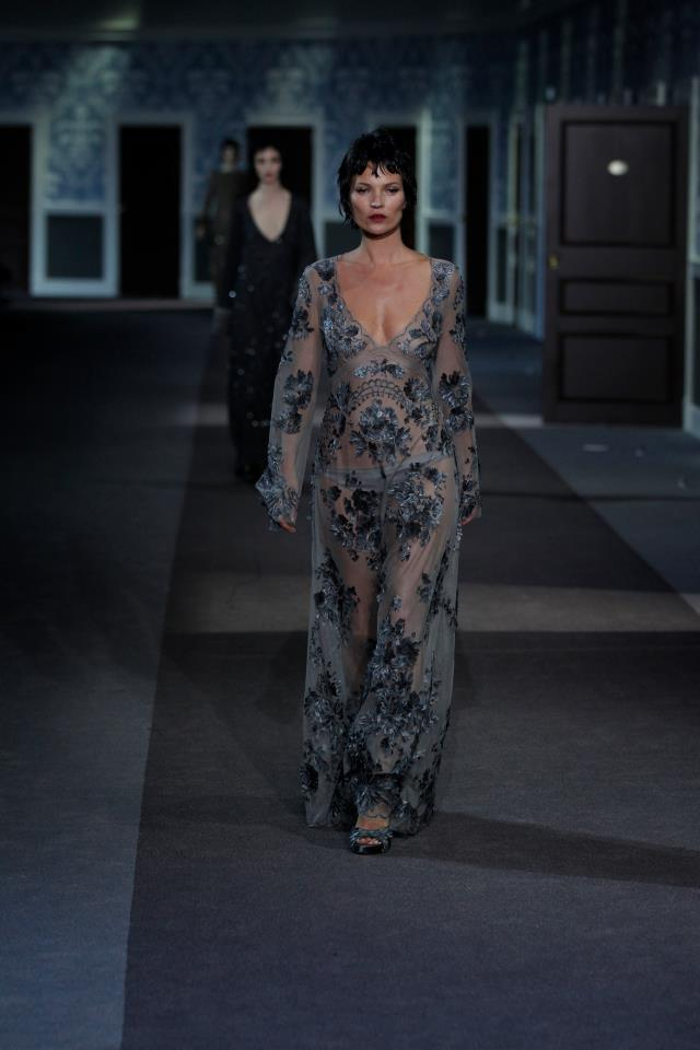 DECADENT GLAMOUR. KAte Moss oozes sex appeal at the Louis Vuitton show in Paris Fashion Week. Photo fromm Louis Vuitton Facebook page
