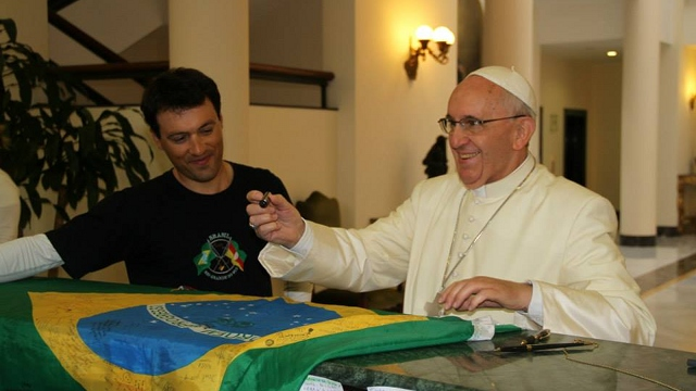 POPE'S AUTOGRAPH. Leandro Martins gets Pope Francis to sign his Brazilian flag. Photo courtesy of Leandro Martins