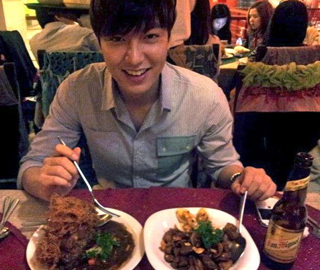 'MASARAB!' Lee Min Ho posted this photo of himself in his Facebook page, enjoying the Pinoy adobo