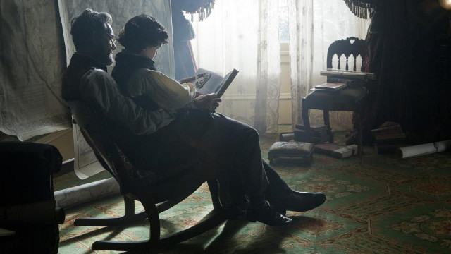 HANDS-ON DAD. 'Lincoln' reveals that the American president dealt with family problems while fighting to abolish slavery. Photo from the 'Lincoln' Facebook page