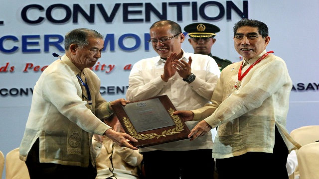 WARNING. President Benigno Aquino III warns tax-evading Chinese businessmen to pay taxes in a convention of the Federation of Filipino-Chinese Chambers of Commerce and Industry Inc (FFCCCII) where tycoon Lucio Tan (left) is Chair Emeritus. Photo from Malacanang