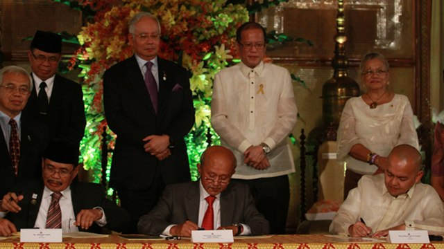 BREAKTHROUGH FOR PEACE? MILF Chairman Al Haj Murad Ebrahim (second from left) watches the signing of the peace roadmap along with Malaysian Prime Minister Najib Razak and President Benigno Aquino III. Photo by Malacañang Photo Bureau.