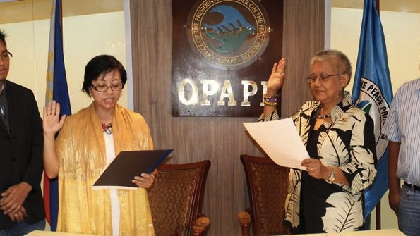 PEACE PROCESS. New GPH peace panel chair Miriam Coronel-Ferrer takes her oath before OPAPP Sec Teresita Deles. Photo from OPAPP's Twitter account.