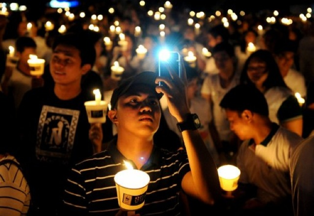 CANDLELIGHT. The 6th global Earth Hour is observed in Makati. Photo by Noel Celis/AFP.