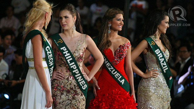 Miss Czech Republic and Miss Philippines talked while waiting for the announcement of winners 