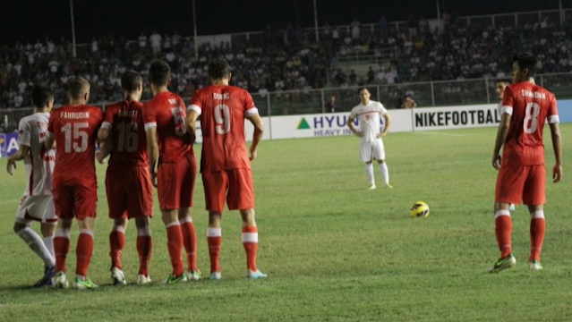 BEST CHANCE. Paul Mulders came very close to scoring the winning goal for the Azkals with this free kick. Photo by Franz Lopez