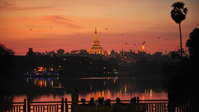 FIRST COUNTDOWN. People enjoy the last sunset of 2012 at Kandawgyi Lake in Yangon on December 31, 2012. Some 50,000 people were expected to flock to the revered golden Shwedagon Pagoda in Yangon for the Myanmar city's first public countdown with fireworks, seen as further evidence of opening up after decades of junta rule. AFP PHOTO / Ye Aung Thu