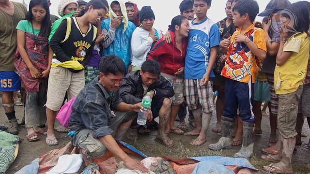 GRIEF. Residents of New Bataan, Compostela Valley identify the remains of victims of the flooding and landslide in the area, caused by typhoon Pablo (Bopha), December 5, 2012. Photo by Karlos Manlupig.