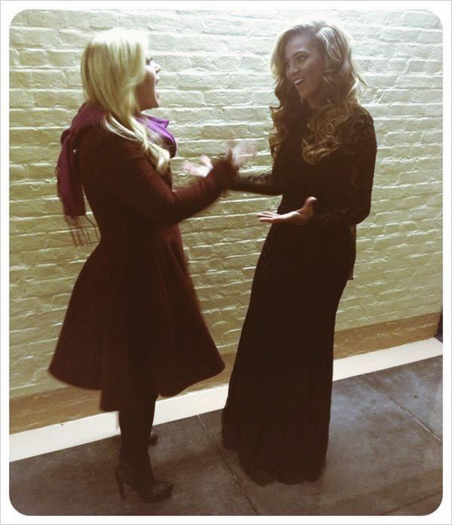BACKSTAGE HELLOS. Kelly Clarkson and Beyonce hang out backstage during the ceremony. Photo from the Kelly Clarkson Facebook page