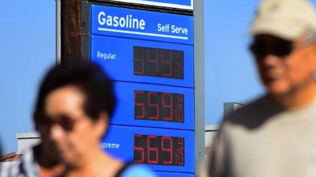 HIGHER OIL PRICES. Oil prices in the world market rise as US dollar weakens. Photo by AFP