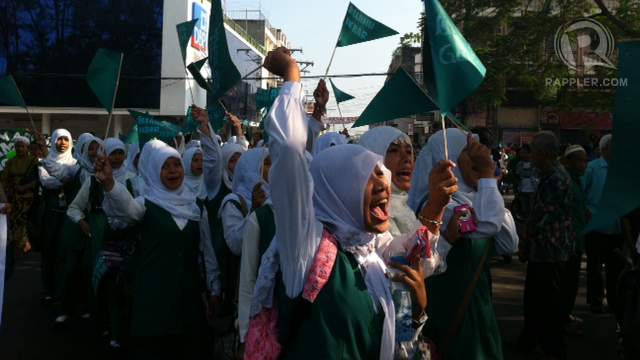 Muslim children join a parade in Cotabato supporting the signing of the framework for peace. Photo by Ferdinandh Cabrera