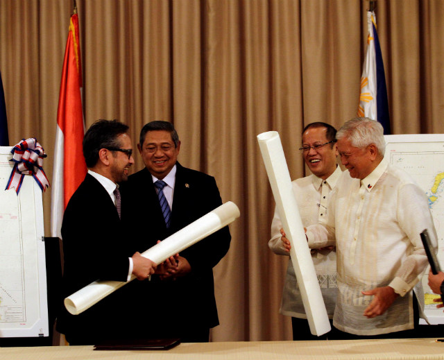 HISTORIC DEAL. Indonesian Foreign Minister Marty Natalegawa (left) and Philippine Foreign Secretary Albert del Rosario (right) finish signing a historic maritime deal between their countries. Behind them, Indonesian President Susilo Bambang Yudhoyono and Philippine President Benigno Aquino III witness the signing. Photo by Rey Baniquet/PCOO/Malacañang Photo Bureau