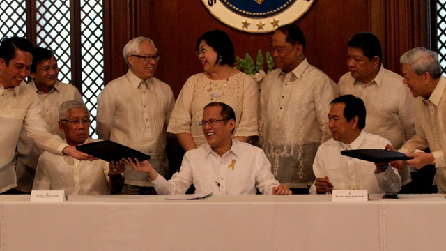 MORE POWER. President Aquino at the ceremonial signing for a power generation facility in Misamis Oriental. Courtesy of Malacanang Photo Bureau