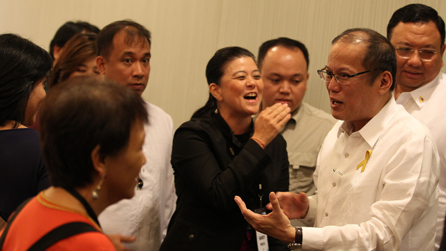 MEET THE PRESS. President Aquino talks with Rappler's Chay Hofileña and Marites Vitug, and Inquirer's Sandy Prieto-Romualdez. Photo by Malacañang Photo Bureau