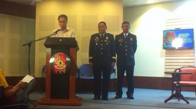 FULL EFFORT. Interior Secretary Mar Roxas announced the findings of the Philippine National Police on the Quezon shooting on Wednesday, January 9, along with PNP chief Alan Purisima and Chief Supt. Frederico Castro. Photo by Natashya Gutierrez.
