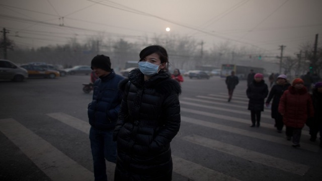 TOXIC. Pollution levels are dangerously high in Beijing on January 12 as smog descends on the city. AFP photo