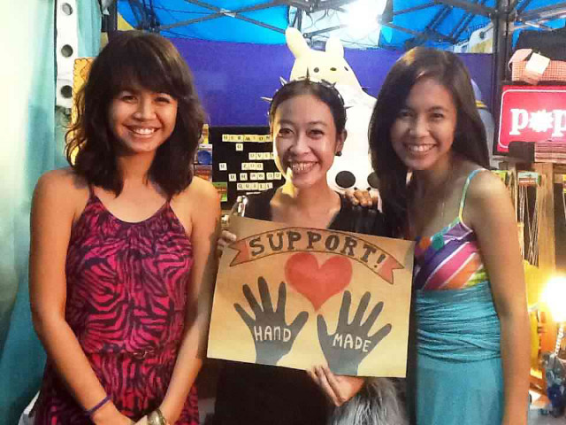 INSPIRING PEOPLE TO UPCYCLE. Maan (left) and Roma (right) with a Popjunklove fan. All photos from the Popjunklove Facebook page