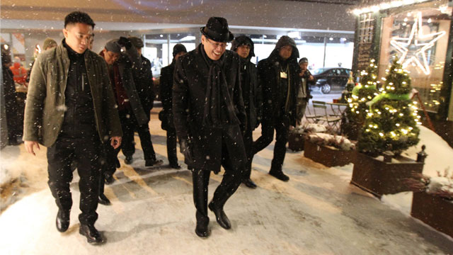ALL BUNDLED UP. President Benigno Aquino gears up for the freezing winter in Davos, Switzerland. Photo by Malacañang bureau