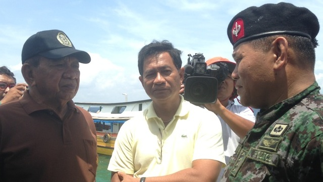 VISIT. PNP chief Alan Purisima, right, with Tawi-Tawi officials in Simunul. Photo by Karlos Manlupig