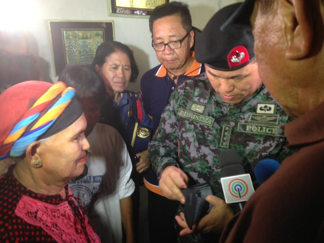 PNP Chief Alan Purisima (in fatigue uniform) gets a calling card from his wallet as Princess Fatima Cecili Kiram (L), wife of Sultan Jamalul Kiram III, looks on. Rappler/Karlos Manlupig