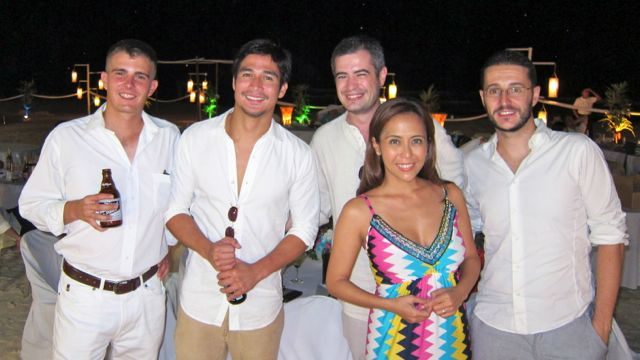 BEACH LOVERS. Piolo Pascual (2nd from left), my husband Carlos (3rd from left) and myself with other guests who attended our friends Junji and Anais Arias' Boracay nuptials. Photo courtesy of Rachel Alejandro