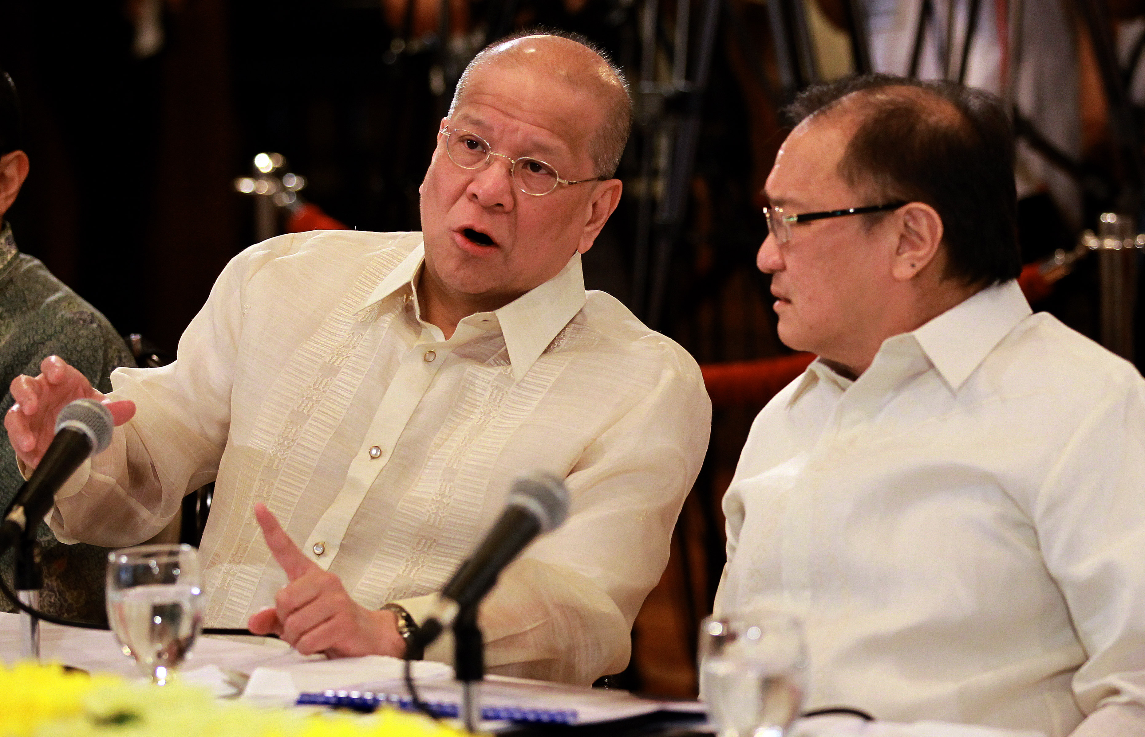 BUSINESS RIVALS. San Miguel president Ramon Ang and Metro Pacific Investments Chair Manuel Pangilinan exchange views on the NLEx-SLEx connector roads they proposed to the government in a presentation at Malacanang. Photo taken by Malacanang Photo Bureau