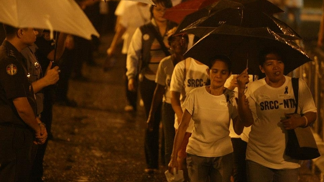 STRONG TIES. Filipinos of all walks of life brave the rain to attend the late Jesse Robredo's wake. Photo by Robert Viñas/Malacañang Photo Bureau