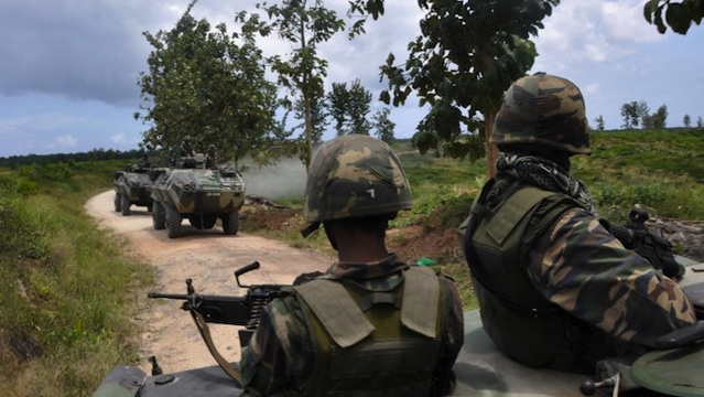 SIEGE IN SABAH. This picture taken on March 8, 2013 shows Malaysian soldiers moving in toward where Filipino gunmen are locked down in a stand off in the surrounding villages of Tanduao in Sabah. AFP PHOTO / Malaysia Ministry of Defense