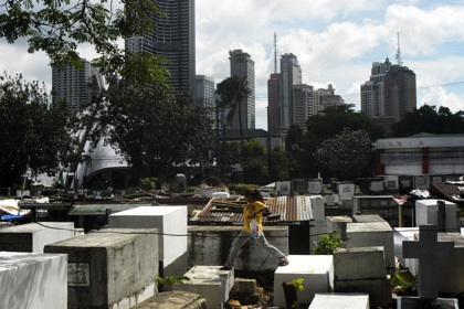 CONTRAST. Tombs have remained untouched in the closed public cemetery. Photo by LeAnne Jazul
