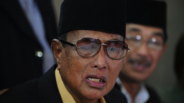 CEASEFIRE ANNOUNCED. The self-proclaimed Sultan of Sulu Jamalul Kiram III (L) reacts after his spokesman Abraham Idjirani (R) announced that he is ordering his followers in the Malaysian state of Sabah to declare a ceasefire at his home in Manila on March 7, 2013. AFP PHOTO / JAY DIRECTO