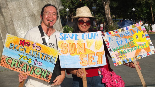 SAVE THE BAY, SAVE THE SUNSET. No to reclamation, say these sunset watchers. Photos and video by Pia Ranada