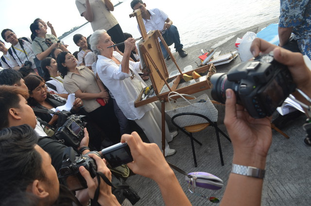 FOREVER IN LOVE WITH MANILA BAY. Betsy Westendorp paints at the Synchronized Sunset-Viewing. Photo by Melinda Gabuya