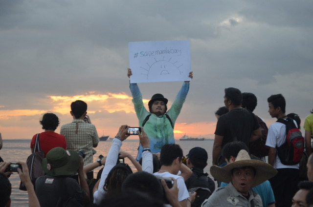 A LA CARLOS. Sunset watcher Jomar Carpena takes his stance for the Manila Bay sunset. Photo by Melinda Gabuya