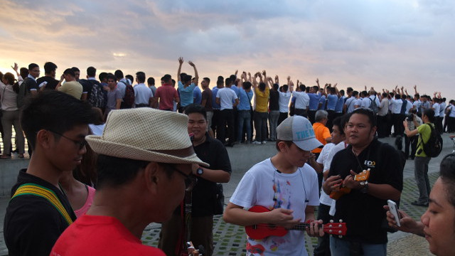 'WHAT A WONDERFUL WORLD.' A live band plays as the sun sets
