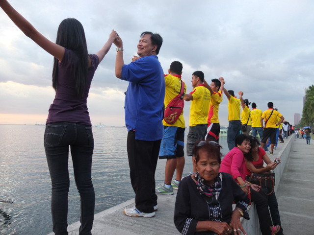 LINKING UP. Friends and strangers hold hands for the love of Manila Bay
