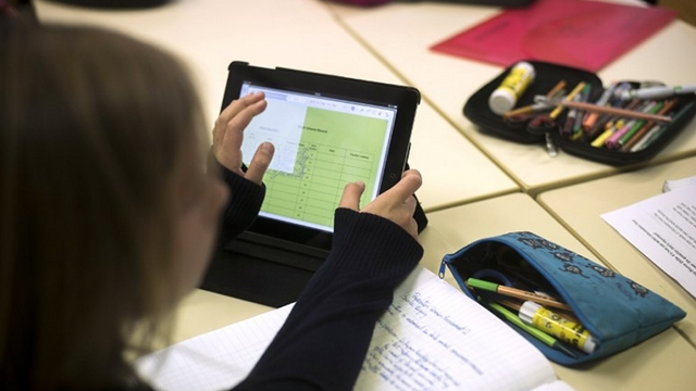 SCHOOL TOOL. A student uses an Ipad digital tablet at the British School of Paris, on December 3, 2012 in Croissy-sur-Seine, east of Paris . AFP PHOTO / FRED DUFOUR