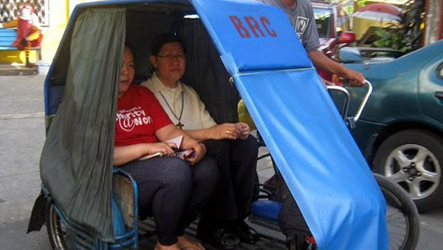 GENUINE RELATIONSHIPS. Cardinal Tagle doesn't hesitate to ride a pedicab, a cheap mode of transportation, in solidarity with the poor. Photo courtesy of the Sto Nio de Tondo Parish Youth Ministry