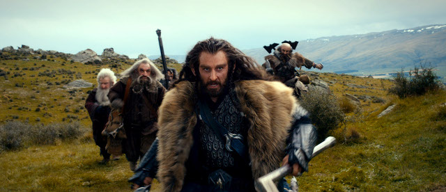 Thorin Oakenshield (Richard Armitage) runs into battle