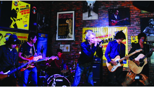 THE MEN, THE MYTHS. The Oktaves and guest vocalist Pepe Smith pierce some ears at a Hard Rock Makati gig