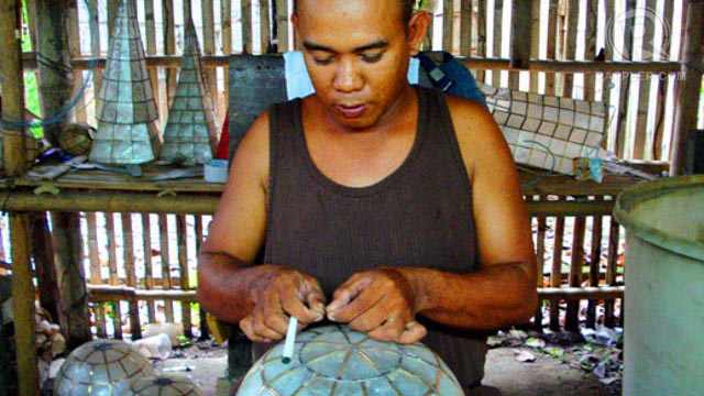 BUSY CRAFTSMAN. A local crafting capiz decor in Roxas City, Capiz