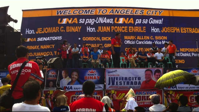 WHY BASH? Former Sen Richard Gordon hits the Liberal Party for its penchant of bashing ex-President and Pampanga Rep Gloria Arroyo. Gordon is onstage in a sortie at the Angeles Public Market. RAPPLER/Ayee Macaraig